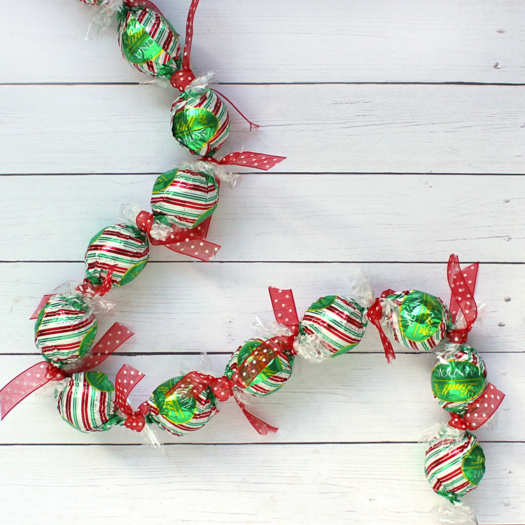 make a candy chain to count down to christmas - Easy Christmas Candy